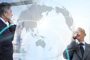 国際電話するビジネスマンイメージの写真素材 [FYI01290120]