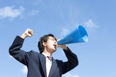 メガホンを持って叫んでいる男子中高生の写真素材 [FYI01290143]