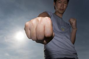 拳を突き出す男性の写真素材 [FYI01290193]