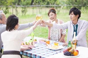 シャンパングラスで乾杯する笑顔の家族の写真素材 [FYI01290223]