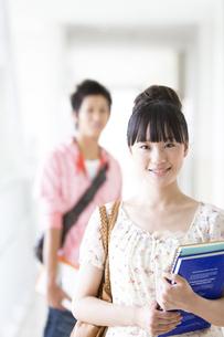 ノートを抱えている女子大生の写真素材 [FYI01290245]