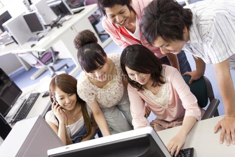 パソコンを見ている大学生5人の写真素材 [FYI01290247]