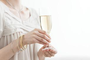 シャンパングラスを持っている女性の手元の写真素材 [FYI01290248]