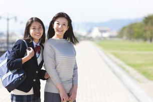 かばんを持っている女子中高生と笑顔の母親の写真素材 [FYI01290334]
