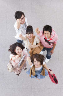 見上げてガッツポーズする大学生5人の写真素材 [FYI01290366]