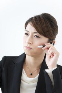 怒った表情のインカムを付けているビジネスウーマンの写真素材 [FYI01290431]