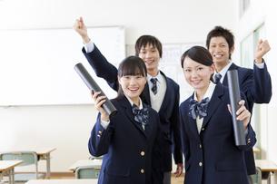 卒業証書が入った筒を持っている学生4人の写真素材 [FYI01290440]