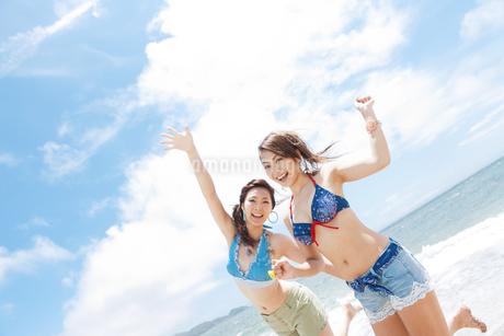 笑顔の水着女性2人の写真素材 [FYI01290475]