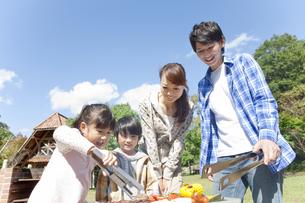 バーベキューをしている家族の写真素材 [FYI01290528]