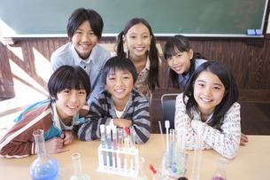 実験の授業中の小学生6人の写真素材 [FYI01290580]