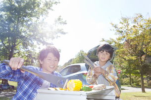 バーベキューをしている親子の写真素材 [FYI01290581]
