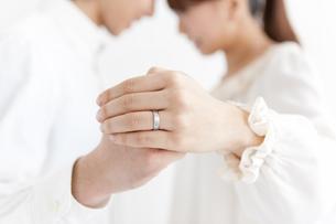 手を握っているカップルの手の写真素材 [FYI01290594]