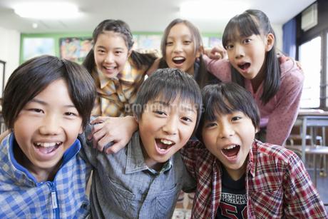 集まる笑顔の小学生6人の写真素材 [FYI01290624]