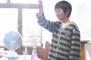 実験している小学生の男の子の写真素材 [FYI01290649]