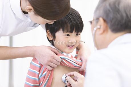 診察を受ける男の子と医師と看護師の写真素材 [FYI01290745]