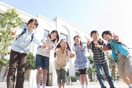 校庭に集まっている笑顔の小学生6人の写真素材 [FYI01290765]
