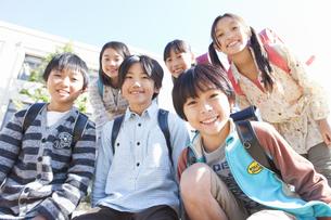 校庭に集まっている笑顔の小学生6人の写真素材 [FYI01290796]