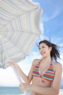 パラソルを持っている水着姿の女性の写真素材 [FYI01290808]