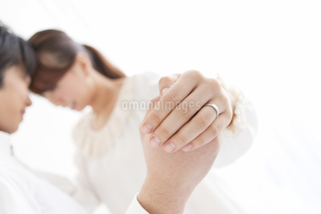 手を握っているカップルの手の写真素材 [FYI01290837]