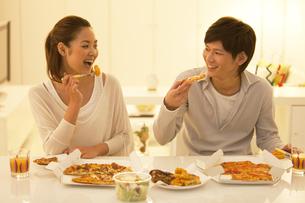 食事する笑顔のカップルの写真素材 [FYI01290855]