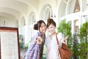Vサインをしている笑顔の女性2人の写真素材 [FYI01290898]