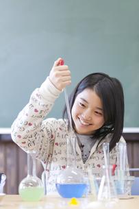 実験している小学生の女の子の写真素材 [FYI01290907]