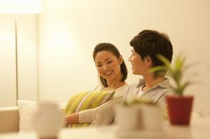 ソファーに座って会話しているカップルの写真素材 [FYI01291018]