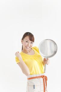 フライパンを持っている笑顔の女性の写真素材 [FYI01291026]
