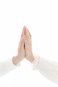手を合わせているカップルの手の写真素材 [FYI01291199]