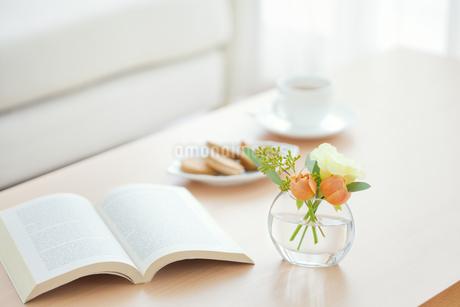 テーブル上の本と花とティーセットの写真素材 [FYI01291228]