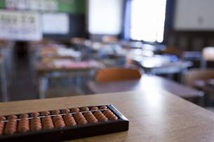 教壇に置かれたそろばんと教室の写真素材 [FYI01291230]
