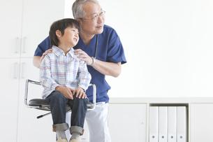 座っている男の子と医師の写真素材 [FYI01291252]