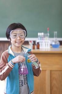 実験道具を持っている小学生の男の子の写真素材 [FYI01291282]