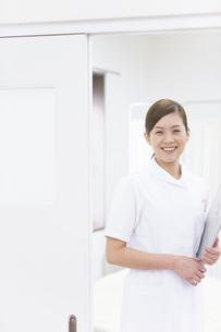 入り口に立つ看護師の写真素材 [FYI01291338]