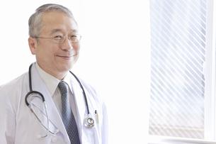窓辺に立つ医師の写真素材 [FYI01291341]