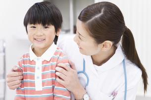 看護師と男の子の写真素材 [FYI01291370]
