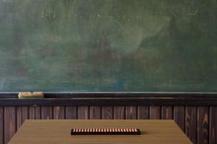 教壇に置かれたそろばんと黒板の写真素材 [FYI01291384]
