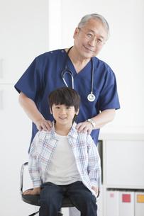 座っている男の子と医師の写真素材 [FYI01291406]