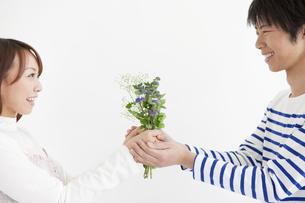 花束を持っているカップルの写真素材 [FYI01291439]