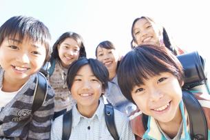 ランドセルを背負っている笑顔の小学生6人の写真素材 [FYI01291464]