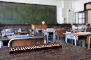 机の上に置かれたそろばんと教室の写真素材 [FYI01291494]