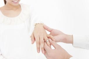女性の指に指輪をはめる男性の手の写真素材 [FYI01291505]