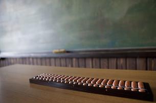 教壇に置かれたそろばんと黒板の写真素材 [FYI01291508]