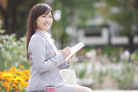 手帳にメモするビジネスウーマンの写真素材 [FYI01291522]