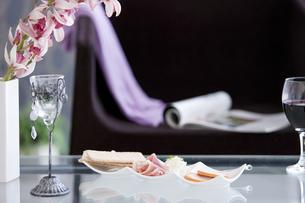 ワインとおつまみとインテリアの写真素材 [FYI01291529]
