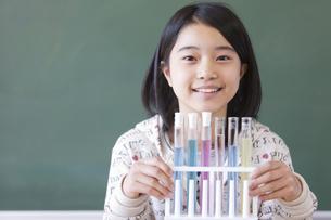 試験管を持っている小学生の女の子の写真素材 [FYI01291565]