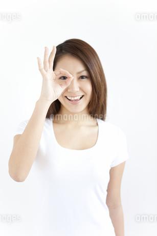 OKサインをしている笑顔の女性の写真素材 [FYI01291631]