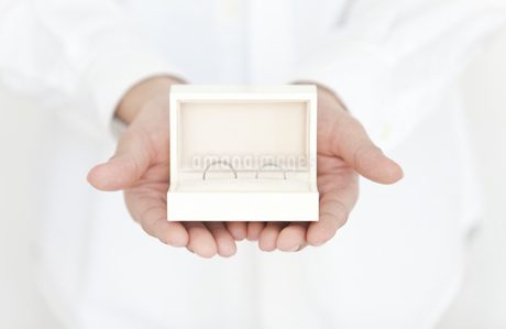ペアの指輪を手に乗せている男性の写真素材 [FYI01291653]