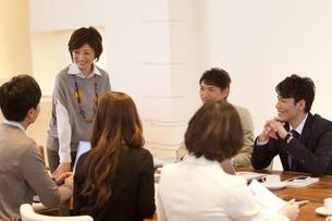 打ち合わせ中のビジネスマン6人の写真素材 [FYI01291675]