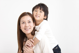 息子をおんぶする母親の写真素材 [FYI01291683]